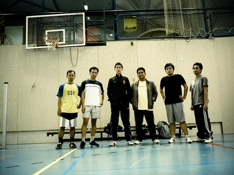 Mahasiswa ISS dari Indonesia sebelum berlatih bulutangkis