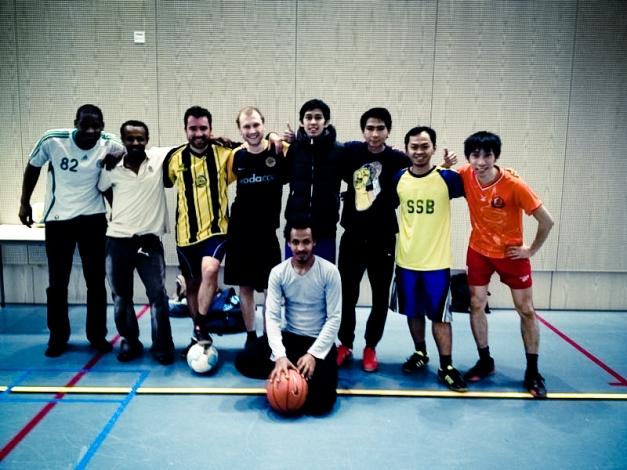 Foto beberapa mahasiswa ISS (dari Afrika, Asia (Hongkong dan Indonesia), Brazil, dan Jerman) yang sering bermain futsal